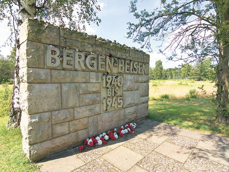 Le 15 avril 1945 : les troupes britanniques libèrent le camp de concentration nazi de Bergen-Belsen.